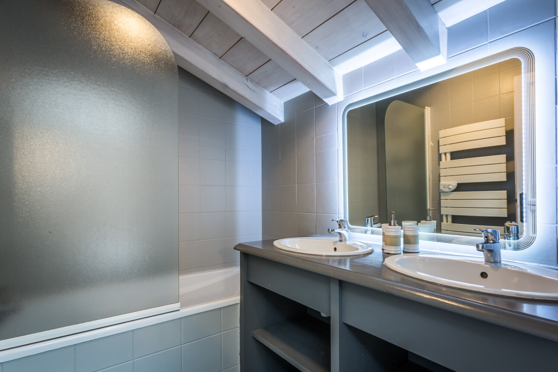 Ha2 masterbedroom firstfloor bathroom 1